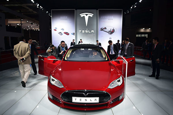很多人認為電動車環保,但也有專家對此表示質疑。圖為特斯拉Model S電動汽車。(JOHANNES EISELE/AFP/Getty Images)