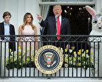 2017年復活節期間,美國總統川普、第一夫人及其小兒子巴倫在白宮。(Photo by Chip Somodevilla/Getty Images)