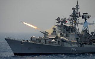 圖為印度軍艦在進行演習。 (ARUN SANKAR/AFP/Getty Images)