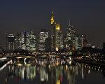 在德國金融中心——法蘭克福,有移民背景的居民比純粹德國人還要多。圖為該市的夜景。(AMELIE QUERFURTH/AFP/Getty Images)