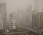 对很多中国家庭来说,想要为下一代寻找一个远离空气污染及升学竞争压力的环境,美国投资移民(EB-5)是个捷径。然而,美国或提高投资门槛金额,此将粉碎部分中国中产家庭的美国梦。图为北京阴霾摄于2017年5月4日。 (NICOLAS ASFOURI/AFP/Getty Images)