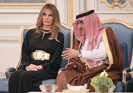 5月20日,梅拉尼婭訪問沙特時,與沙特阿拉伯王儲穆罕默德·本·奈伊夫·本·阿卜杜勒阿齊茲沙特交談。(MANDEL NGAN/AFP/Getty Images)