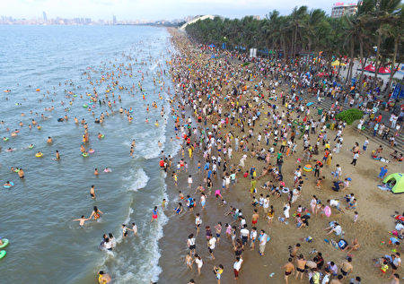 今年夏季大陸酷熱,很多人早早的就去海邊。圖為5月30日的海口海灘。 (Photo credit should read STR/AFP/Getty Images)