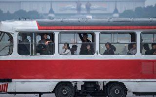 在極權國家朝鮮金氏政權的恐怖統治下,殘疾人幾乎沒有生存的機會,即便出生後沒有被立即殺死,也會被送到一間祕密醫院,終生與世隔絕不見天日。圖為平壤的公交車。(ED JONES/AFP/Getty Images)