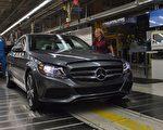7月18日,陷入尾气丑闻的德国奔驰公司宣布,在欧洲范围内召回超过300万辆柴油车,对其进行改装。图为一家工厂里,雇员对新造的奔驰汽车做最后检查。(ANDREW CABALLERO-REYNOLDS/AFP/Getty Images)