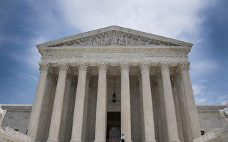 夏威夷一名联邦法官周四裁决,容许美国居民在六个移民禁令国家的更多亲属入境美国。周五,司法部上诉到最高法院,要求审理这项裁决。(JIM WATSON/AFP/Getty Images)