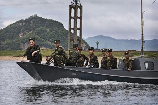 在一般的年份,一名朝鲜叛逃者需要突破地雷和炮火组成的封锁线,越过分割南北韩的非军事区,投奔自由。这种风险是巨大的,不知道有多少人死于逃离压迫性政权的尝试。 (Kevin Frayer/Getty Images)