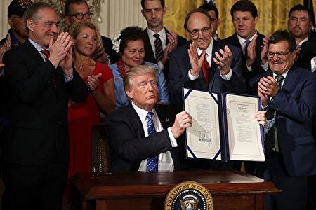 川普(特朗普)总统6月23日签署保护老兵的法案。(Chip Somodevilla/Getty Images)