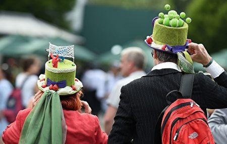 鐵桿網球迷就是這個樣子滴!連帽子都是網球主題的。( OLI SCARFF/AFP/Getty Images)