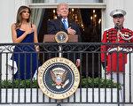 7月4日,美国总统川普(特朗普)在白宫举办野餐会宴请美军家庭,庆祝美国独立日,并在阳台上发表讲话。(Zach Gibson/Getty Images)