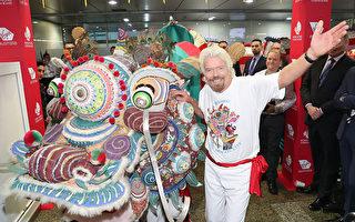 维珍创始人Richard Branson在墨尔本机场舞狮,宣传新的直飞服务。(Scott Barbour/Getty Images)