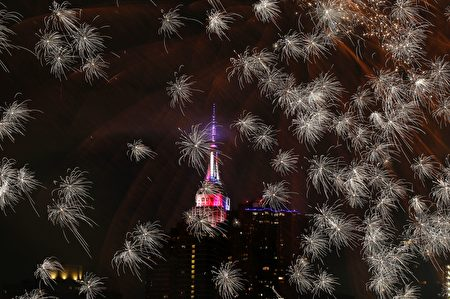 TOPSHOT - The Empire state Building is seen during the Macy's 4th of July fireworks show from Queens, New York on July 4, 2017. / AFP PHOTO / EDUARDO MUNOZ ALVAREZ (Photo credit should read EDUARDO MUNOZ ALVAREZ/AFP/Getty Images)