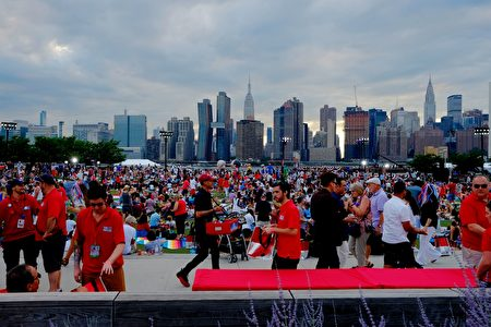 People wait for the start of the annual Macy's 4th of July fireworks show from Queens, New York on July 4, 2017. / AFP PHOTO / EDUARDO MUNOZ ALVAREZ (Photo credit should read EDUARDO MUNOZ ALVAREZ/AFP/Getty Images)