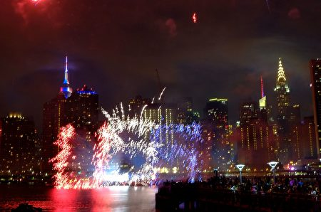 The Empire state Building is seen during the Macy's 4th of July fireworks show from Queens, New York on July 4, 2017. / AFP PHOTO / EDUARDO MUNOZ ALVAREZ (Photo credit should read EDUARDO MUNOZ ALVAREZ/AFP/Getty Images)