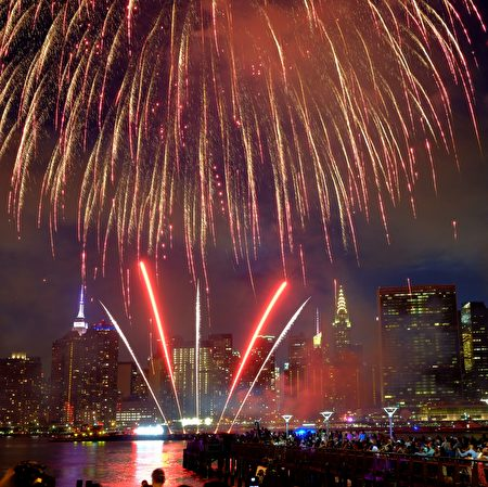 The Empire State Building and the Christal Building are seen during the Macy's 4th of July fireworks show from Queens, New York on July 4, 2017. / AFP PHOTO / EDUARDO MUNOZ ALVAREZ (Photo credit should read EDUARDO MUNOZ ALVAREZ/AFP/Getty Images)