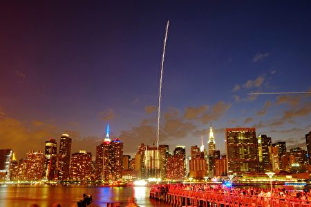 TOPSHOT - The Empire State Building and the Christal Building are seen during the Macy's 4th of July fireworks show from Queens, New York on July 4, 2017. / AFP PHOTO / EDUARDO MUNOZ ALVAREZ (Photo credit should read EDUARDO MUNOZ ALVAREZ/AFP/Getty Images)