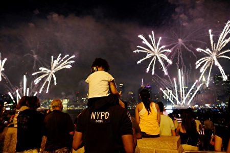 People watch the Macy's 4th of July fireworks show from Queens, New York on July 4, 2017. / AFP PHOTO / EDUARDO MUNOZ ALVAREZ (Photo credit should read EDUARDO MUNOZ ALVAREZ/AFP/Getty Images)