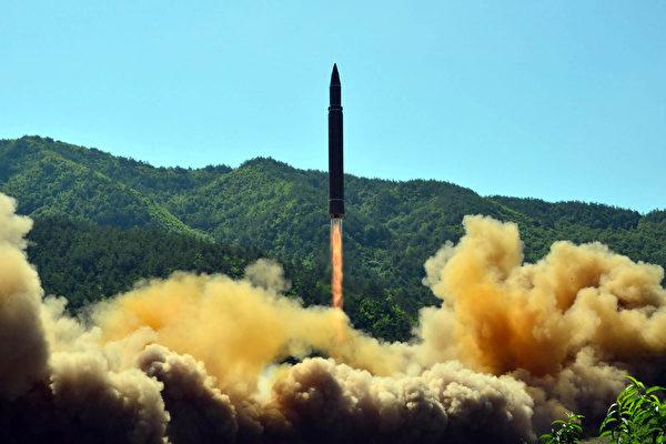 朝鲜独裁者金正恩正在向俄罗斯输送大量贫困的本国公民去赚钱,以满足其政权迫切需要的资金,并支持其核武器发展野心。图为朝鲜7月4日首次试射洲际弹道导弹(ICBM)。(STR/AFP/Getty Images)