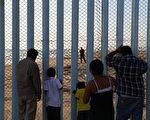 目前美墨邊境已有約650英里的透視柵欄。它是在布什總統期間耗資大約70億美元建造的。(Justin Sullivan/Getty Images)