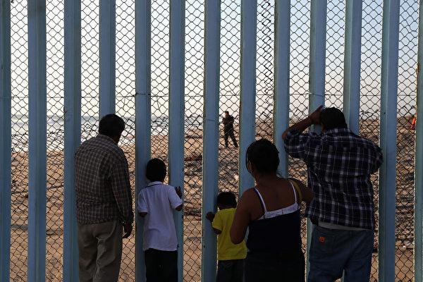目前美墨边境已有约650英里的透视栅栏。它是在布什总统期间耗资大约70亿美元建造的。(Justin Sullivan/Getty Images)