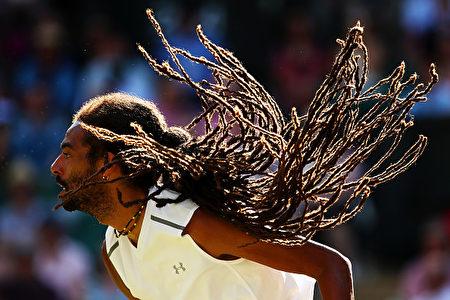 发型比球技更吸引人。德国男选手布朗(Dustin Brown)的发型跟蛇发女妖美杜莎有一拼。(Clive Brunskill/Getty Images)