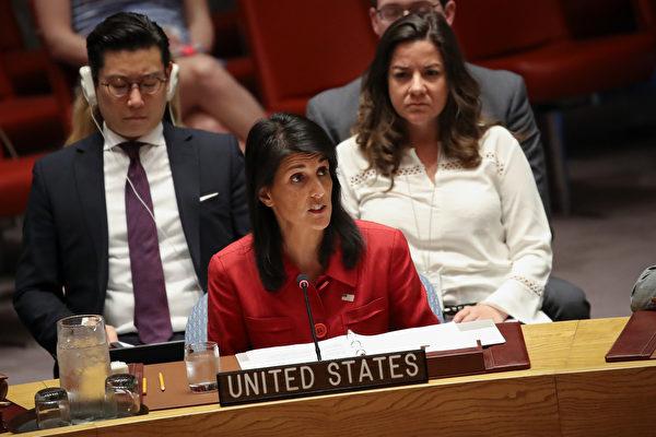 """美国驻联合国大使黑利(Nikki Haley)周三在联合国安理会上表示,朝鲜的挑衅形同""""关闭外交手段解决朝鲜核武问题的大门,美国已做好动武,保护自身及盟国安全的准备。""""(Drew Angerer/Getty Images)"""