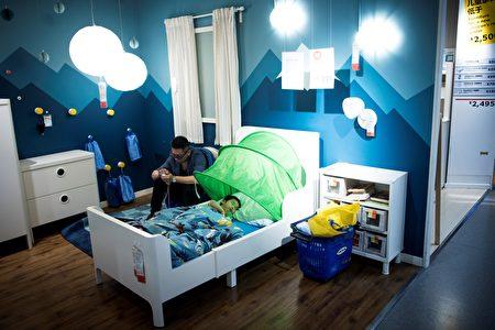 圖為7月5日,上海居民帶著孩子到Ikea商店來睡覺。當天溫度36.5攝氏度。(Photo credit should read JOHANNES EISELE/AFP/Getty Images)