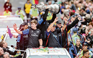 酋長隊捧美洲杯凱旋而歸。左起:Peter Burling,Glenn Ashby,Grant Dalton。(Simon Watts/Getty Images)