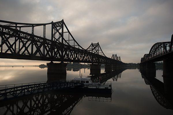數據顯示,去年,中共向朝鮮輸送9.6萬噸以上的汽油和近4.5萬噸柴油,合計為6400萬美元。圖為丹東和朝鮮之間的大橋。(NICOLAS ASFOURI/AFP/Getty Images)