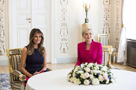周四,梅拉尼娅与波兰第一夫人在贝尔韦德宫受到艾佳塔(Agata Kornhauser-Duda)的欢迎。 (ANDRZEJ HULIMKA/AFP/Getty Images)