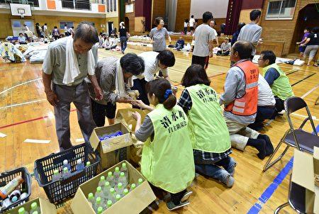 日本南部的暴雨及洪水造成的死亡人數攀升至15人,另至少有14人失蹤。圖為2017年7月7日,日本九州福岡朝倉市,一所學校體育館臨時避難所,為流離失所者提供新鮮的水及食物。 (KAZUHIRO NOGI/AFP/Getty Images)