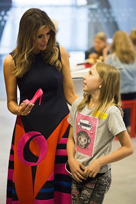 周四,梅拉尼娅与波兰第一夫人参观科学中心。(ANDRZEJ HULIMKA/AFP/Getty Images)