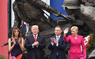 美國總統川普(特朗普)週四(7月6日)在波蘭首都華沙,攜第一夫人和波蘭總統伉儷會面。(JANEK SKARZYNSKI/AFP/Getty Images)