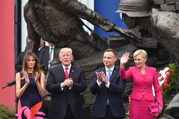 美国总统川普(特朗普)周四(7月6日)在波兰首都华沙,携第一夫人和波兰总统伉俪会面。(JANEK SKARZYNSKI/AFP/Getty Images)