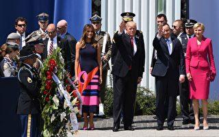 週四(7月6日)美國總統川普(特朗普)在波蘭首都華沙克拉辛斯基廣場上發表了強有力的演講。圖為演講後川普夫婦和波蘭總統夫婦向民眾招手。(JANEK SKARZYNSKI/AFP/Getty Images)