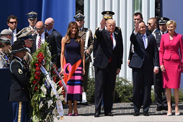 周四(7月6日)美国总统川普(特朗普)在波兰首都华沙克拉辛斯基广场上发表了强有力的演讲。图为演讲后川普夫妇和波兰总统夫妇向民众招手。(JANEK SKARZYNSKI/AFP/Getty Images)
