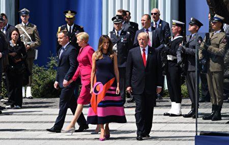 7月6日川普和梅拉尼婭抵達華沙,準備向波蘭政要及上萬民眾發表演說。(JANEK SKARZYNSKI/AFP/Getty Images)