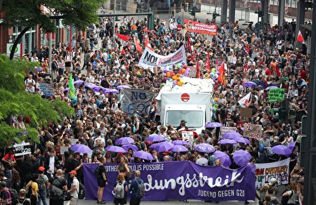 7月7日G20會議期間,德國漢堡發生了嚴重的抗議活動,大約10萬人參加示威。 (RONNY HARTMANN/AFP/Getty Images)