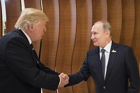在兩位元首的雙邊會議開始之前,他們向記者發表了簡短的講話。普京和川普對會談比較樂觀。(Photo by Steffen Kugler /BPA via Getty Images)