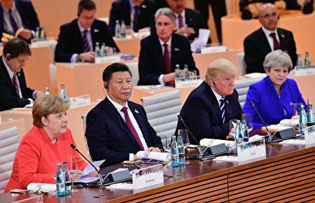 7月7日的G20會議上,東道主德國總理默克爾旁邊是中國主席習近平、美國總統川普和英國首相梅。(Thomas Lohnes/Getty Images)