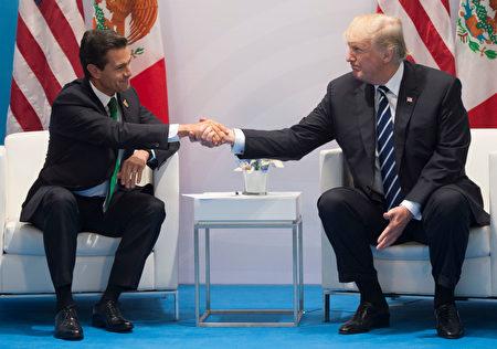 在G20上,川普和墨西哥總統恩里克·佩尼亞·尼托(EnriquePeñaNieto)首次會面,川普堅持要墨西哥付建牆費用。( SAUL LOEB/AFP/Getty Images)