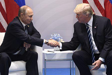 週五(7月7日),川普(特朗普)與普京在G20峰會上進行首次會面。兩位元首原計劃三四十分鐘的會議,結果持續了140分鐘。 (Photo credit should read SAUL LOEB/AFP/Getty Images)