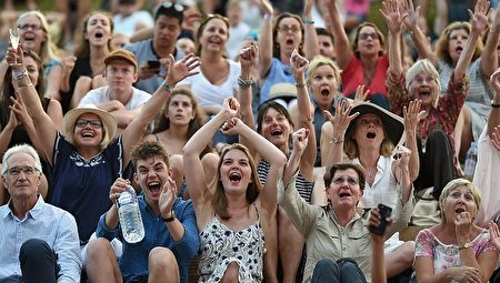 贏了!溫布爾登網球賽上,衛冕冠軍英國的穆雷帶傷上陣,經過兩個小時39分的鏖戰,終於通過了進入前16名的比賽,觀眾們歡慶勝利。在這之後,穆雷還成功進入四分之一決賽。(OLI SCARFF/AFP/Getty Images)