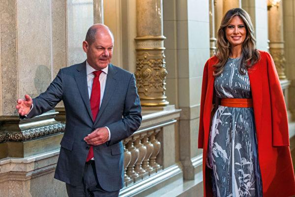 7月8日,梅拉尼亞·川普訪問漢堡時,受到Olaf Scholz市長的迎接。(JENS BUTTNER/AFP/Getty Images)