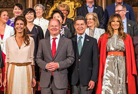 7月8日G20峰會領袖夫人等參觀漢堡市並合影。(JENS BUTTNER/AFP/Getty Images)