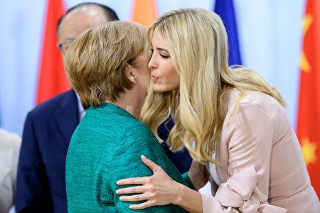 7月8日G20期間,美國第一女儿伊萬卡親吻德國總理默克爾。( Ukas Michael - Pool/Getty Images)