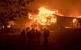 三處加州野火迅速蔓延,威脅數百房屋,迫使在湖濱露營地舉行夏令營的孩子和老師疏散。 ( JOSH EDELSON/AFP/Getty Images)
