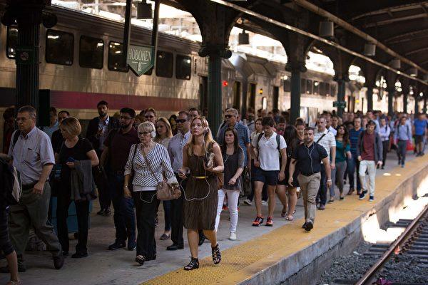 """图:7月10日是""""地狱之夏""""的第一天。图为7月10日的新州霍博肯市车站,几乎所有的纽约中城直达服务都将暂时以霍博肯为终点站,乘客须从此站转车。(Kevin Hagen / Getty Images)"""