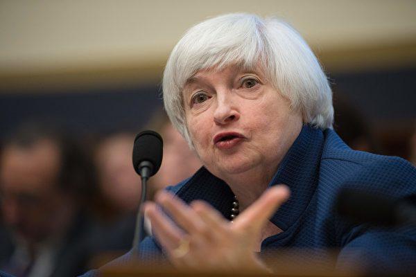 美聯儲主席耶倫週三上午出席國會聽證會,看好美國經濟,美三大股指齊步應聲上揚。(JIM WATSON/AFP/Getty Images)