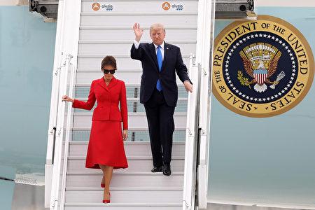 2017年7月13日,美国总统川普接受法国总统马克龙的邀情,出席法国国庆典礼。本图为当日川普偕第一夫人梅拉尼娅搭乘美国空军一号总统专机抵达巴黎的奥利机场。(Pierre Suu/Getty Images)